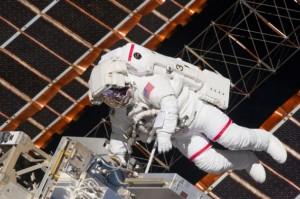 Andrew Feustel při prvním výstupu mise STS-134 ke Mezinárodní kosmické stanici, 20. května 2011. Foto NASA