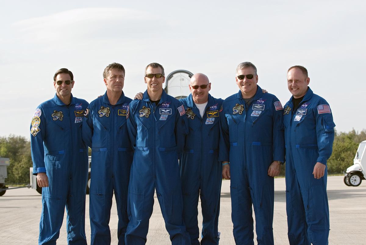 Šest členů mise STS-134 po svém příjezdu do Kennedyho vesmírného střediska na Floridě. Zleva Greg Chamitoff, Roberto Vittori (European Space Agency), Andrew Feustel, velitel Mark Kelly, pilot Greg H. Johnson a specialista mise Michael Fincke. Foto: NASA/Kim Shiflett