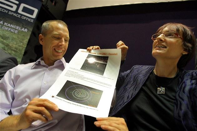 Americký astronaut, Andrew Feustel ukazuje certifikát na svoji planetku, který mu předala ředitelka českobudějovické hvězdárny Jana Tichá.