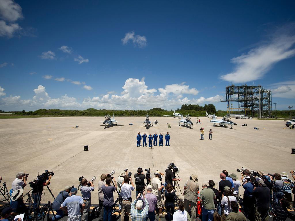 Novináři při příjezdu posádky do Kennedyho vesmírného střediska, odkud zítra odstartuje na svou poslední misi raketoplán Endeavour s českým Krtečkum a za účasti amerického prezidenta Obamy. Foto NASA