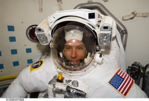 Andrew Feustel během mise STS-125